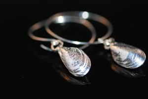 Blåmusselörhängen med solid mussla